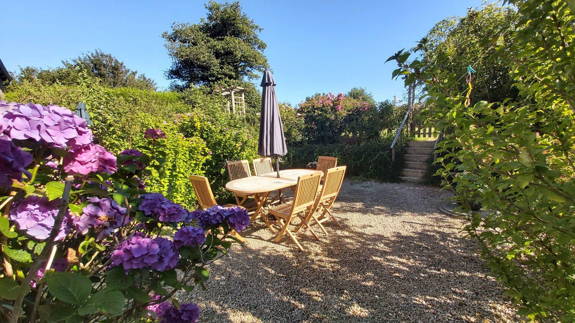 Domaine La Tarais, jardin fleuri avec terrasse près de Dinan